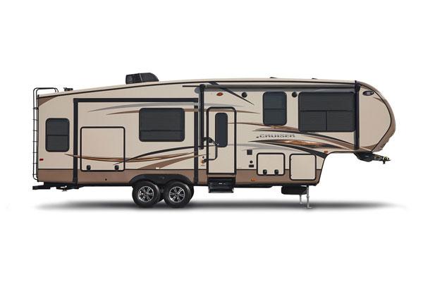 2014年美国Crossroads公司Cruiser系列拖挂式B型房车车身造型新颖,采用五边行的框架结构,大大增加了车厢空间舒适度,它共有13款空间平面设计,选择性更大,车身外部设有厨房,烧烤架,淋浴碰头等,目前欧美售价约为34999美元。  Cruiser系列采用流线型前车盖(配有LED灯),数字电视天线,16英寸子午线轮胎,EZ润滑油车轴,后部有电动千斤顶,储藏室,后梯等,车身中部是4.
